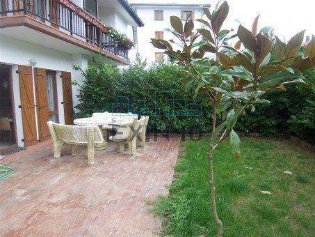 Villa en venta en Tolosaldea, Bidania-Bidegoian.- Edificio Bifamiliar de reciente construcción.  Propio para vivienda habitual o para vacaciones o fin de semana.