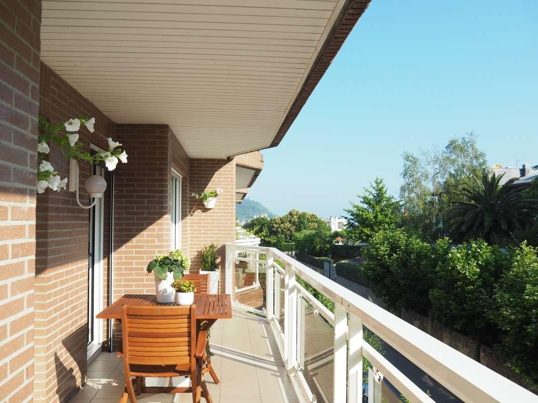 Gran Ubicación, tranquilidad, zonas verdes, terraza, piscina, edificio y urbanización de gran categoria.... Todo en la zona alta de Miraconcha en San Sebastian