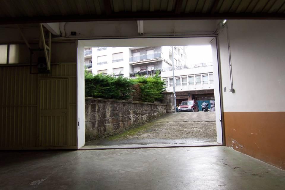 Escolta Real, Miekeletes, zona Baja de calle Palacio. Frente a Itsasmendi. Estupendo garaje cerrado para 3-4 coches.