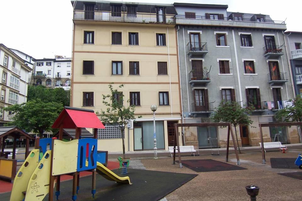 En zona baja de Escolta Real, local comercial con acceso directo desde la plaza.