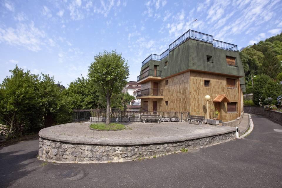 Villa de esquina de gran superficie, con vistas despejadas y en un entorno agradable próximo al El Reloj de Ategorrieta