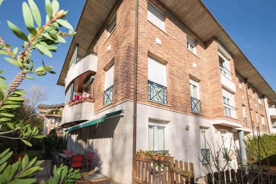 Duplex con amplio jardín-terraza, en Melodi, en una tranquila zona residencia en pleno Barrio de Aite en San Sebastián, a un paso del Antiguo y del Centro.
