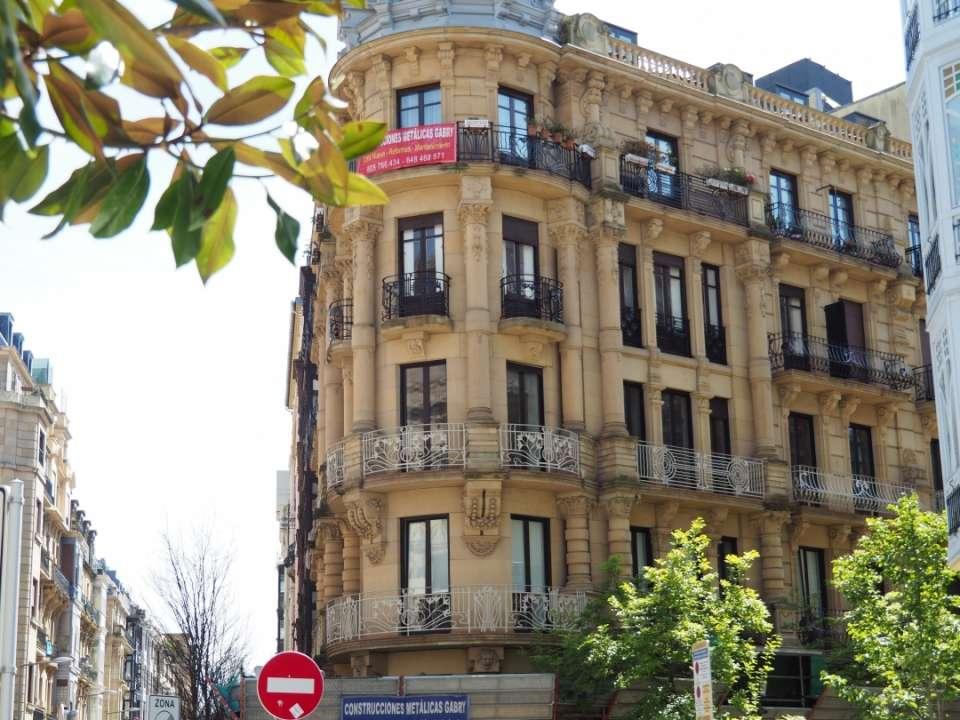 En el centro de la ciudad de San Sebastián vivienda de esquina, en la confluencia de las calles Prim, Fuenterrabia y Larramendi.