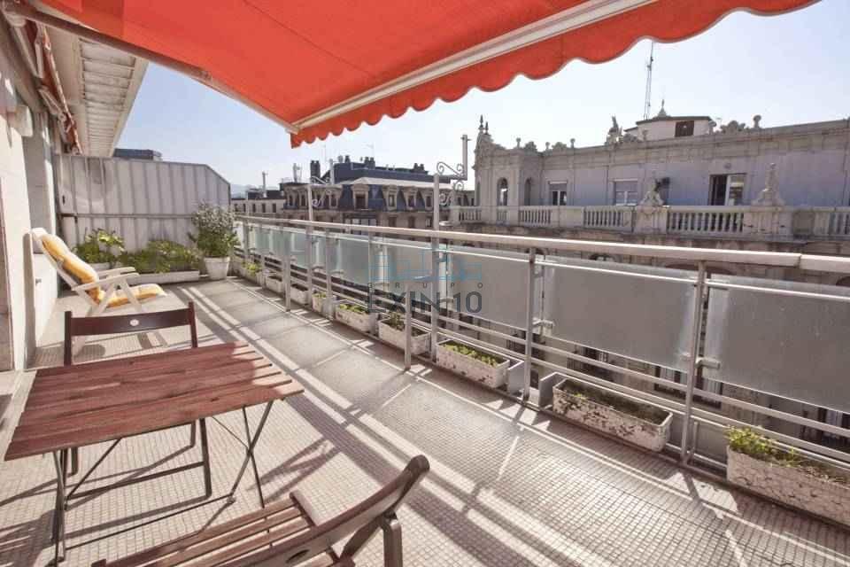 Vendemos un fantástico ático con amplia terraza de 21,04 m2. con muchas posibilidades. Trastero incluido en el precio.