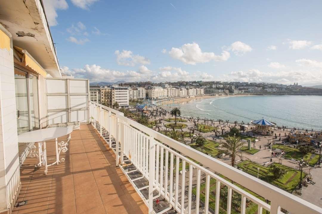 Vistas totales a la Bahía; terraza muy amplia; mucho sol y varios garajes; lo tiene todo