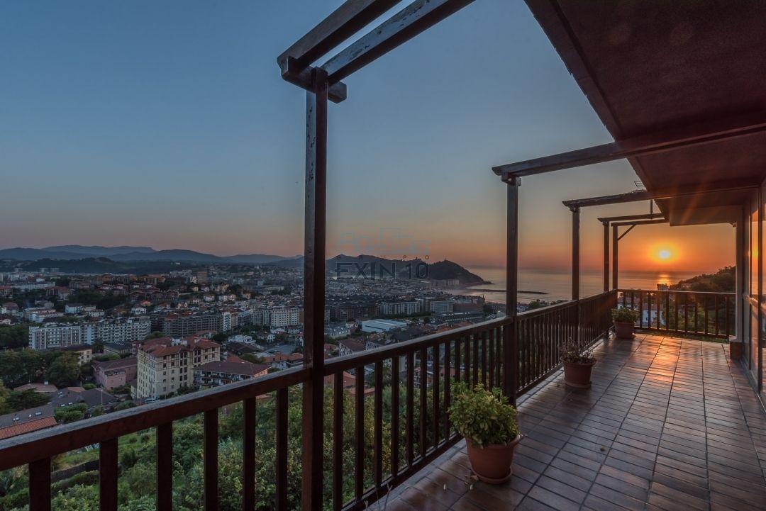 Triplex en Paseo de Ulía con vistas fantásticas al mar y a la ciudad.