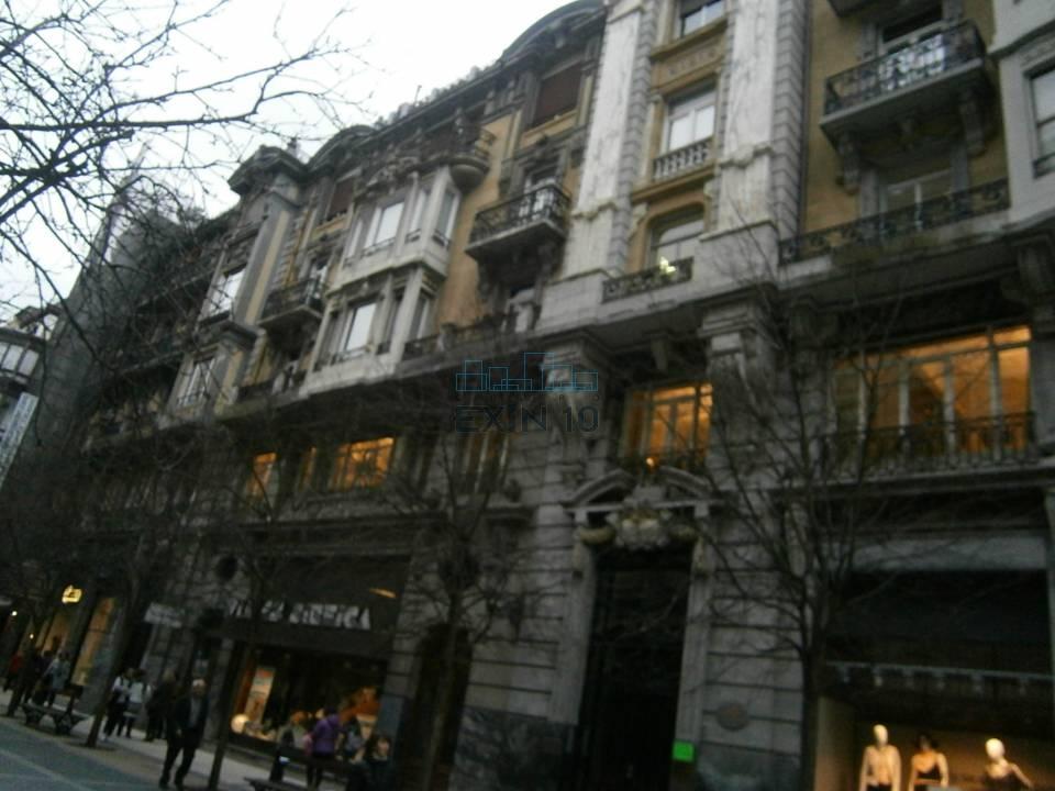 Centro junto a la Avenida de la LIbertad se vende fantástica vivienda de 185 m² en magnífico edificio de hormigón orientada al Sur, con trastero y raya de garaje.