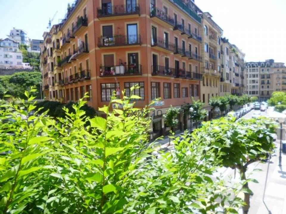 Gros  en calle Jose María Soroa, edificio de hormigón se vende piso de 87 m² en muy buen estado, Vivienda Soleada y Luminosa.