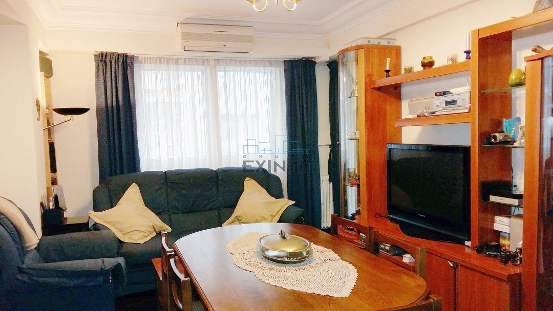 Amara en Plaza de las Armerias se vende acogedora vivienda con doble entrada en Esquina, totalmente Exterior con dos balcones.