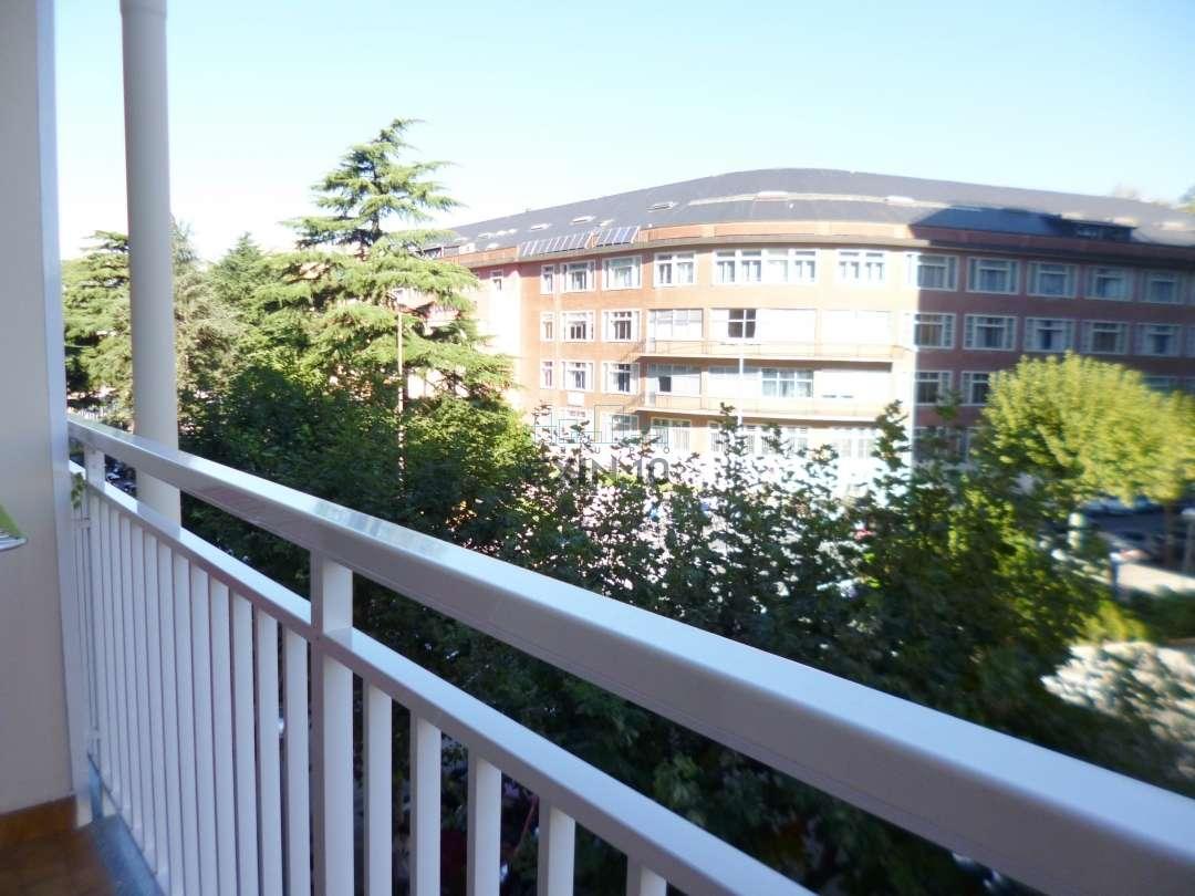 Donosti-San Sebastían junto al centro comercial Arcco se vende vivienda para actualizar con terraza orientada al Este.