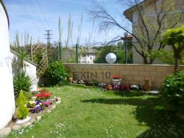 LEZO en zona céntrica se vende fantástica villa adosada con Terraza, Jardín privado, amplio Txoko instalado y garaje cerrado.