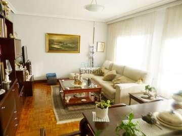 Donostia-San Sebatián. Loiola en zona de Txomin se vende vivienda soleadísima con trastero en bajo cubierta y amplia raya de garaje opcional en el mismo edificio.
