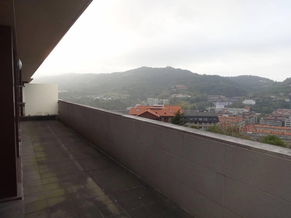 AYETE. Lugaritz. A ESTRENAR. Ático totalmente exterior a gran terraza con vistas a la ciudad, Igeldo y mar.