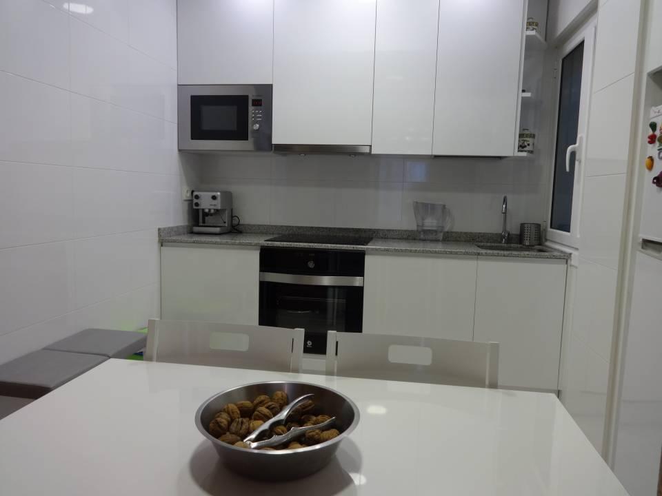LOYOLA. Piso de 2 habitaciones en calle peatonal. Cocina nueva.