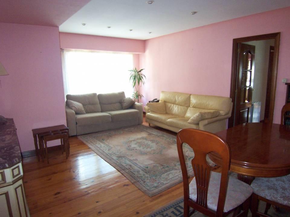 Vivienda toda exterior de 3 habitaciones en buen estado y con garaje.