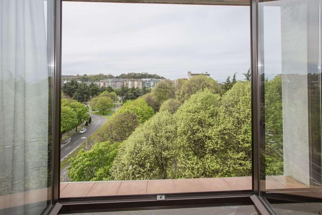 Piso con 5 piezas exteriores. Vistas despejadas, alto y muy soleado y buena orientación. Dos terrazas.